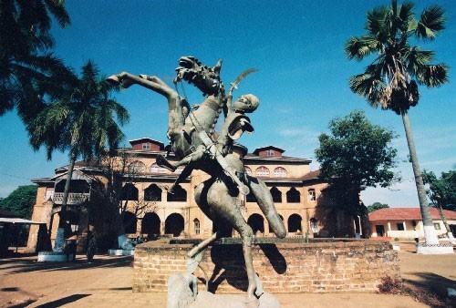 Palais du Sultan et statue du chevalier Bamoun.