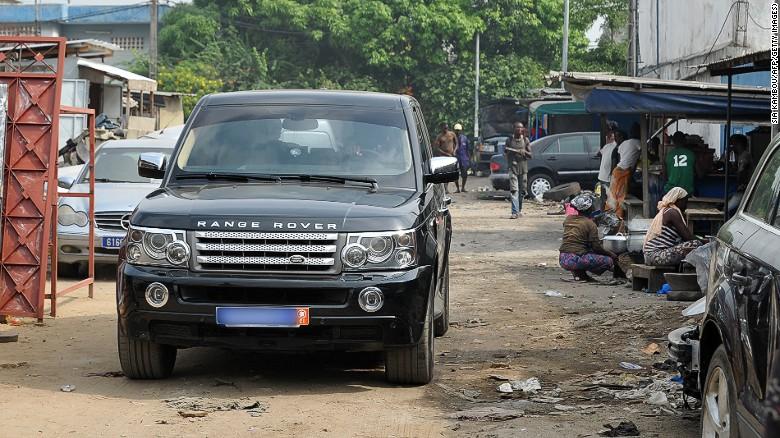 Une Range Rover dans un bidonville d'Abidjan...comme on en croise dans toutes les grands villes d'Afrique